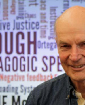 Professor Robbie McClintock autor de O suficiente, uma utopia sobre o trabalho com a escola do futuro.